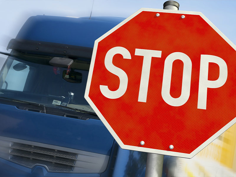 LKW-Fahrverbote: LKW hält an Stop-Schild