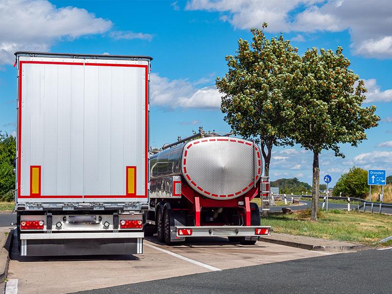 Zwei LKW auf einem Rasthof. Höhe, Breite, Gewicht. Alle Infos - LKW-Basiswissen
