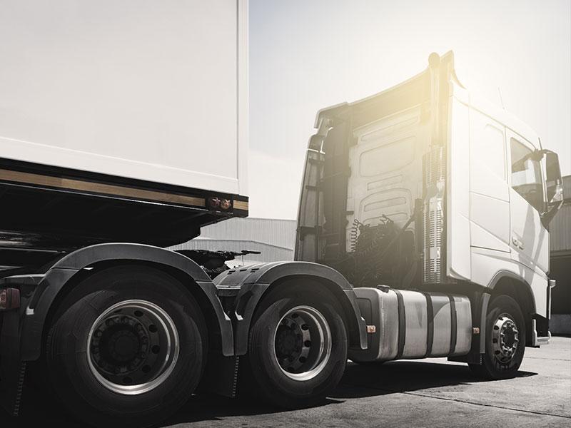 Sattelschlepper von der Seite in Schwarz-Weiss - erfahre mehr über LKWs durch unserem LKW-Basiswissen