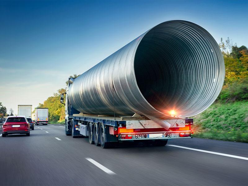 Schwerlast-LKW mit einer großen zylinderförmigen Zuladung - LKW-Basiswissen erklärt